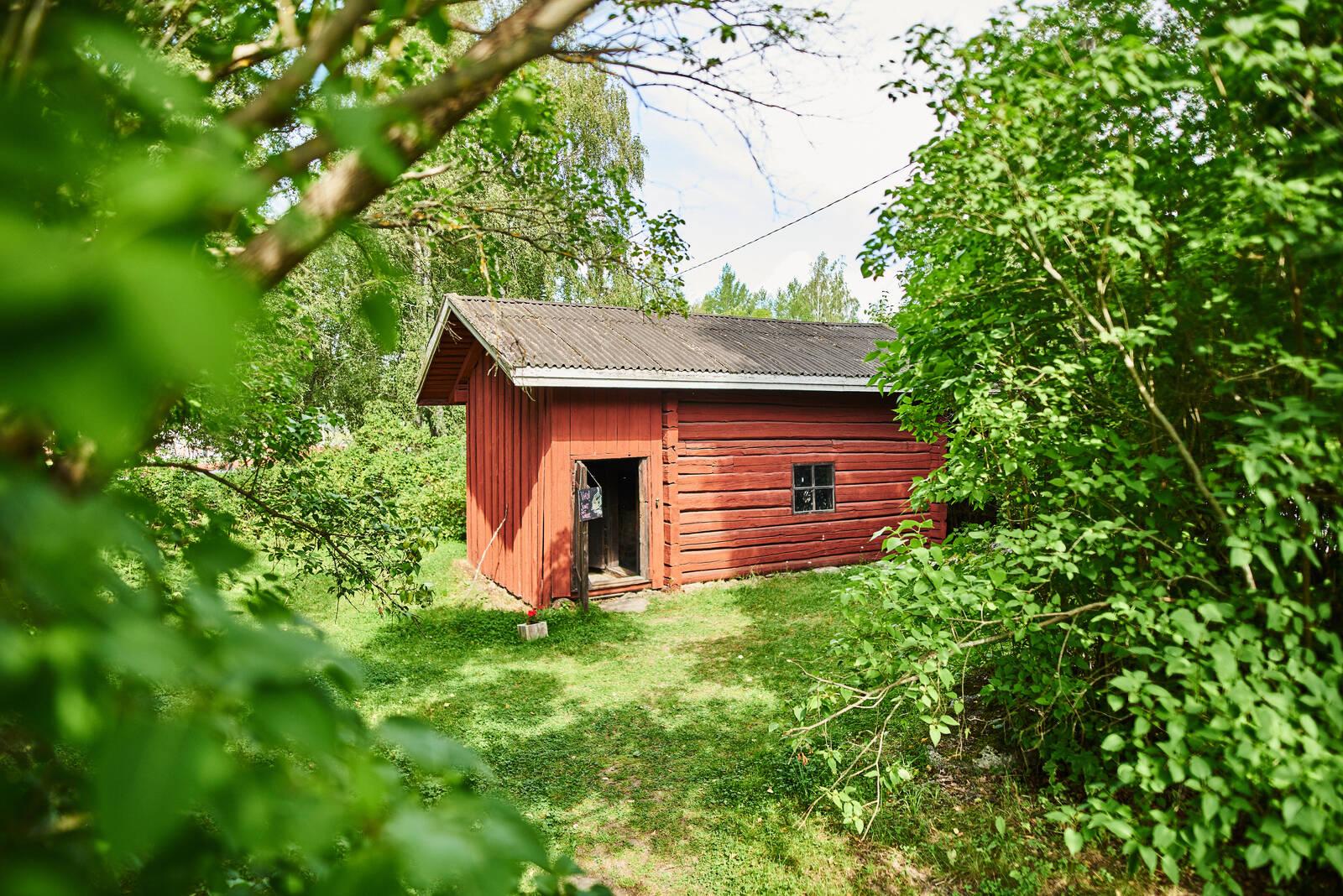 Vanha punamultainen saunarakennus Hinttalan kotiseutumuseoalueella.