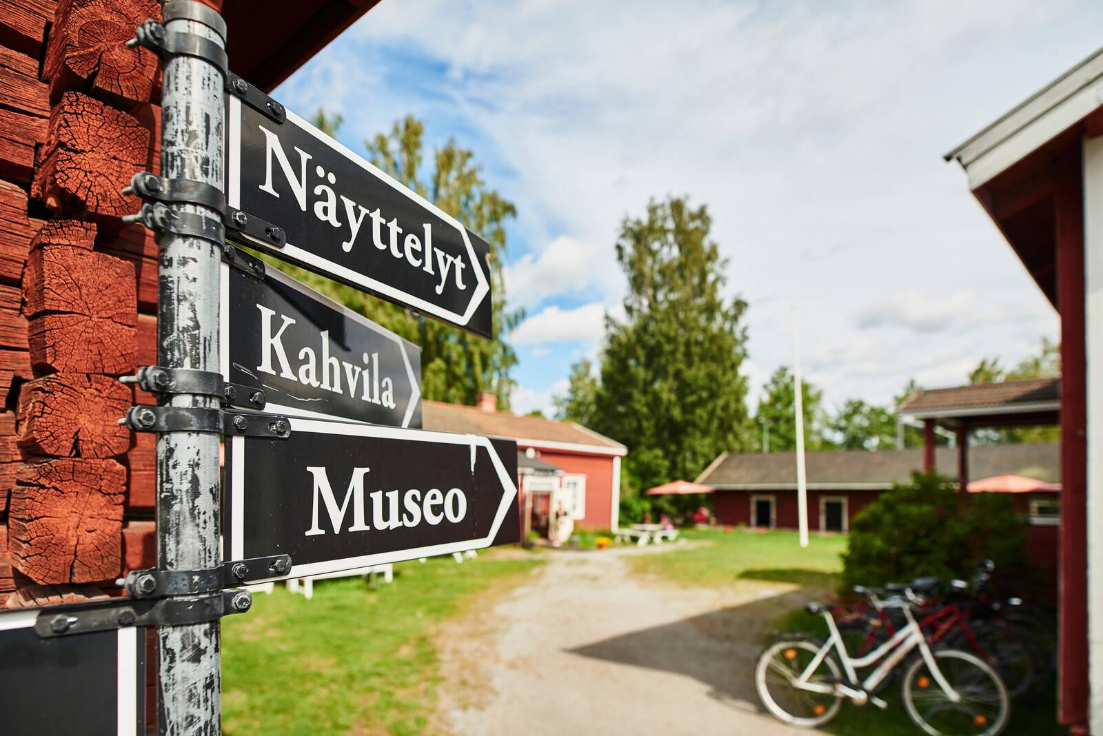 Näyttely-, kahvio- ja museo-opasteviitat Hinttalan kotiseutumuseon alueella.
