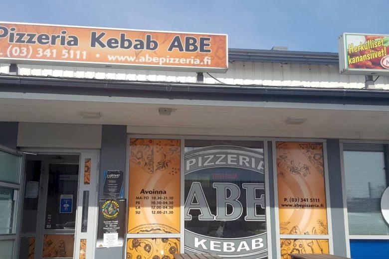 Pizzeria-Kebab Aben grillikioski, jossa ravintolan mainoksia seinissä.