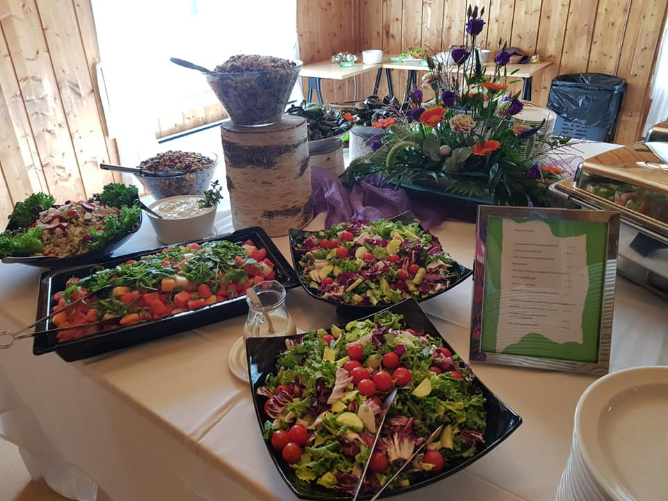 Pitopalveluyritys Buen Guston kattava buffetpöytä.