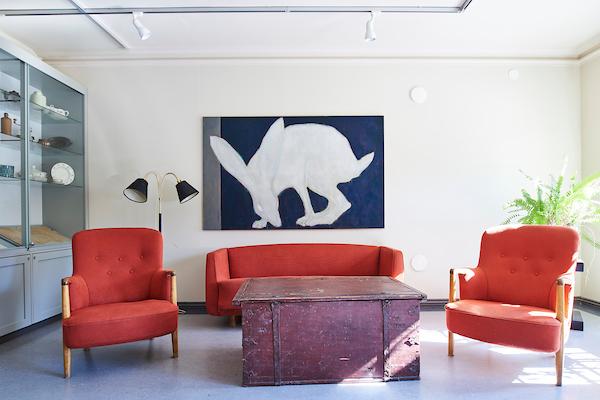 Polonin salissa on Osmo Rauhalan jänistä esittävä taideteos. Teoksen edessä on punainen sohvaryhmä.