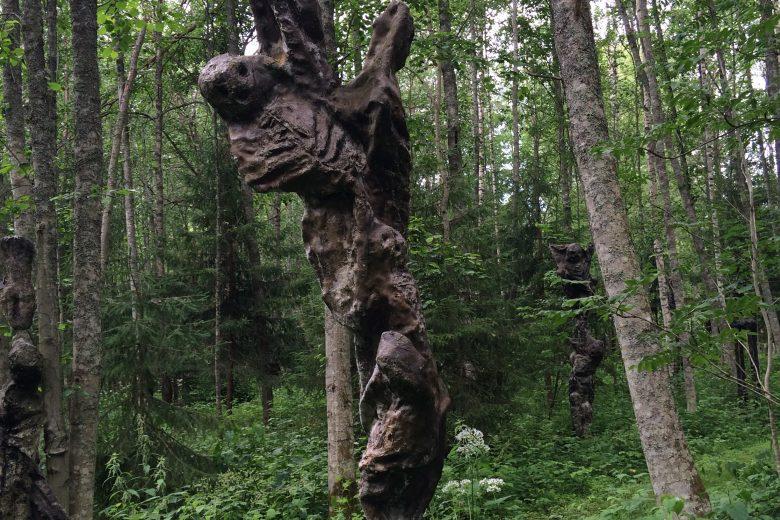 Kuvanveistäjä Ossi Somman auinutlaatuisessa veistospihassa sijaitseva korkea veistos, jossa kolme hahmoa muodostavat tornin.