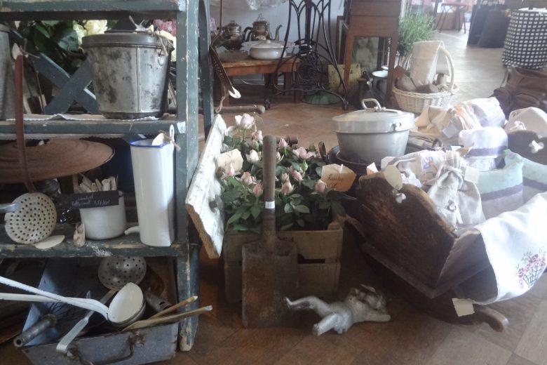 Vanhoja keittiötavaroita myynnissä kirpputorilla.