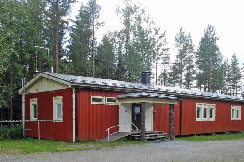 Koukkujärven majan punainen puurakennus.