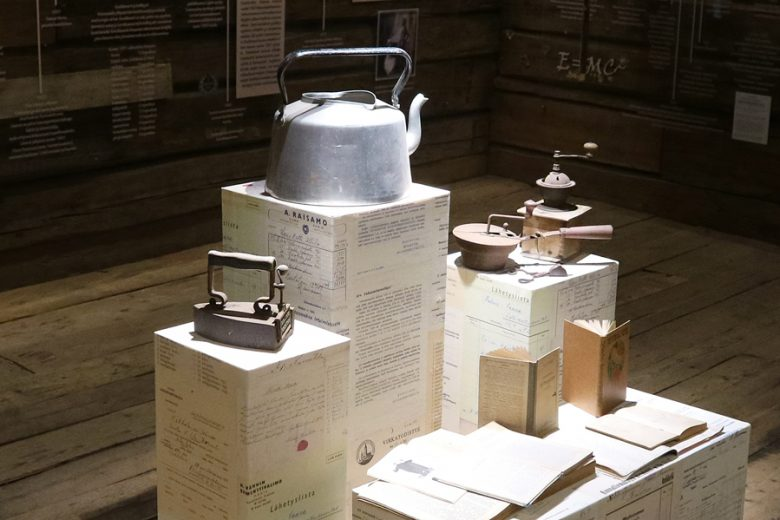 Hinttalan kotiseutumuseon aittaan rakennetun Luhti-näyttelyn esineistöä. Esillä ovat mm. vanha kahvipannu ja kahvimyllyjä sekä vanha, rautainen silitysrauta.