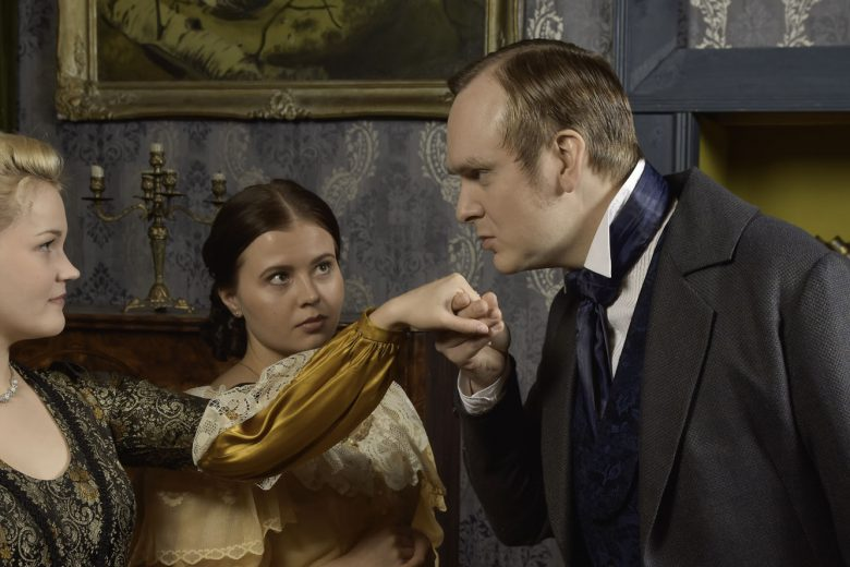 Nokian Työväen Teatterin näytelmässä mies suutelee naisen kättä.