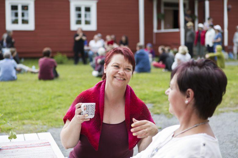 Hinttalan kotiseutumuseo Nokialla. Kaksi naista kahvilla. Taustalla tapahtuma.