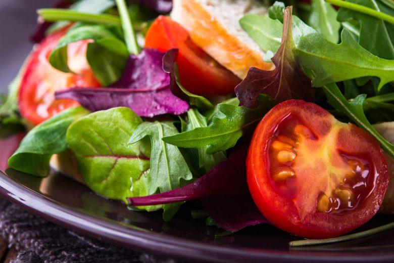 Salaattiannos, jossa vihreää salaattia, kirsikkatomaattia ja kanaa.