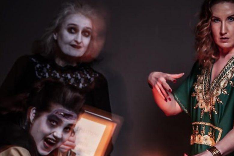 Etunäyttämön Tapaus Afterdawn -näytelmän kolme naisroolihenkilöä teatteripuvustuksessa ja maskeissa.