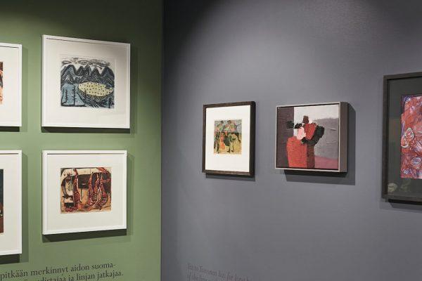 Tauluja seinillä kirjasto- ja kulttuuritalo Virran näyttelyssä.