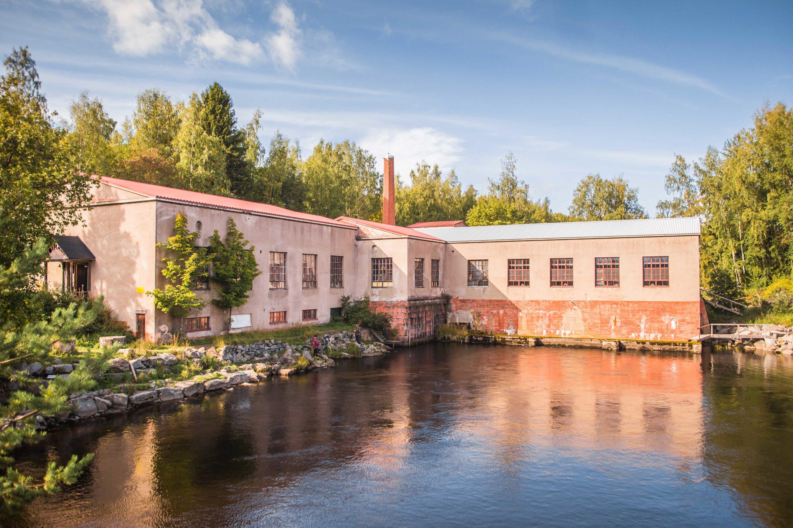 Siuronkosken rannalla on vanha voimalaitos, joka on yksi Siuron nähtävyyksistä.
