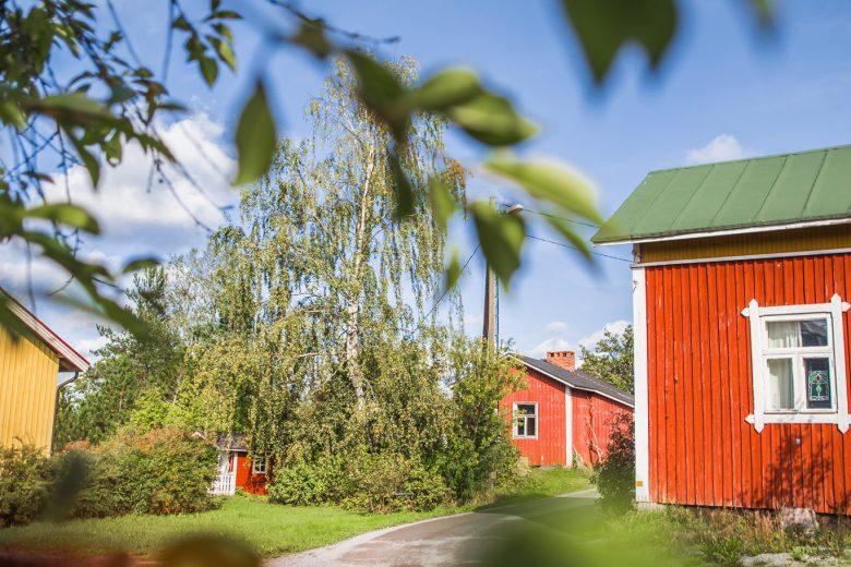 Siuronkallion kylätie, jonka varrella punamullalla ja keltaisella maalattuja puutaloja vihreissä pihapiireissä.