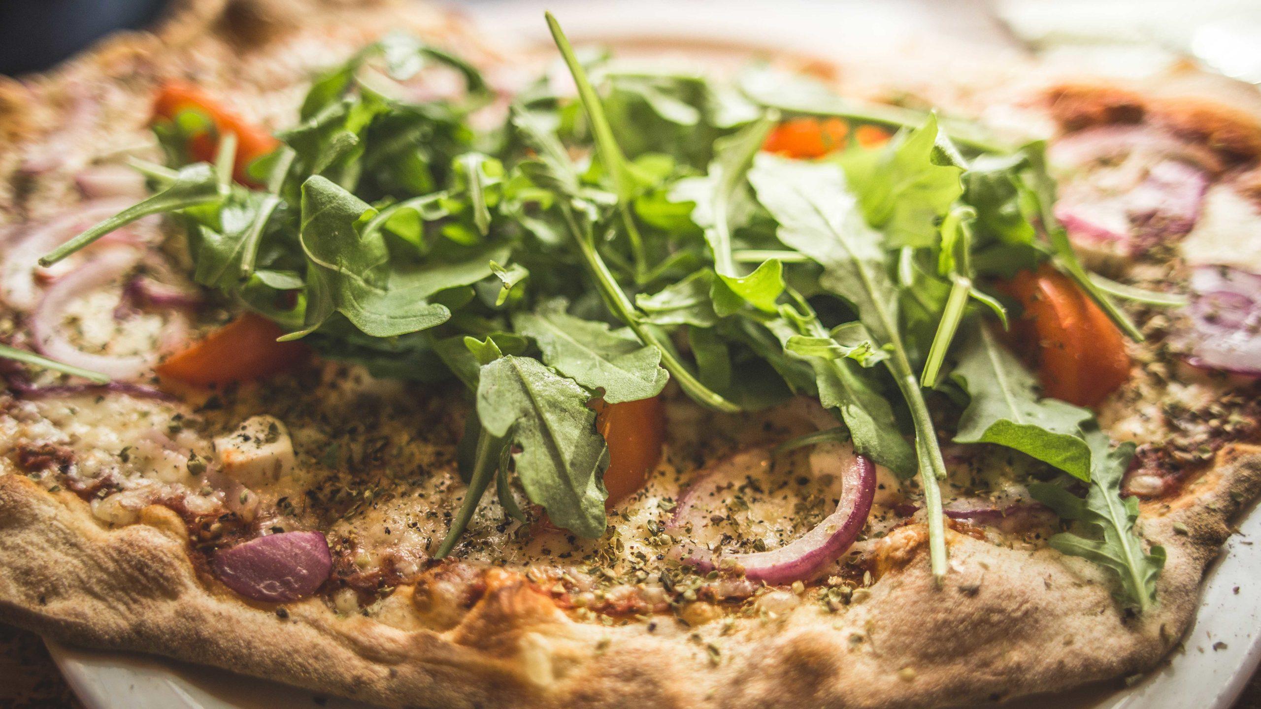 Siuron Koski-Baarin valmistama artesaanipizza, jossa päällä rucolasalaattia.