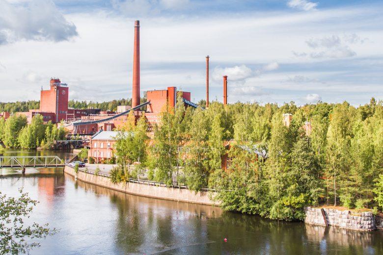 Nokian keskustassa sijaitseva Tehdassaari, jota ympäröi Nokianvirta. Saaressa näkyvät mm. Tehdas 108:n ja Essityn pehmopaperitehtaan punatiiliset rakennukset ja korkeita tehtaanpiippuja.