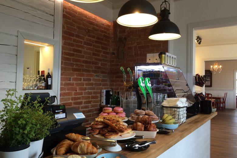 Ravintola Bufferin myyntitiski, jossa esillä tuoreita leivonnaisia, hedelmiä sekä erilaisia juomia.