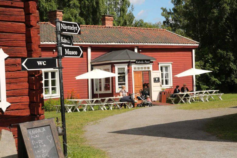 Café Hinttala toimii Hinttalan kotiseutumuseolla punaisessa puurakennuksessa. Rakennuksen edessä on pöytiä, penkkejä ja aurinkovarjoja kahvilan asiakkaille.