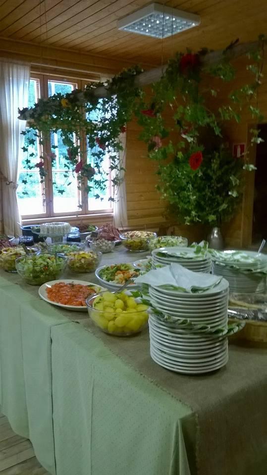 Tottijärven Jukolan pitopöytä, johon katettu salaatteja, kala- ja liha-alkupaloja sekä keitettyä perunaa.
