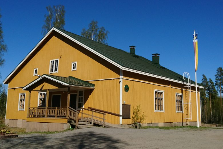Tottijärven Jukola on keltaiseksi maalattu iso puutalo, jonka edessä on lipputanko. Taloon kuljetaan puisia rappusia, jonka vieressä on myös ramppi pyörätuolille tai lastenvaunuille.