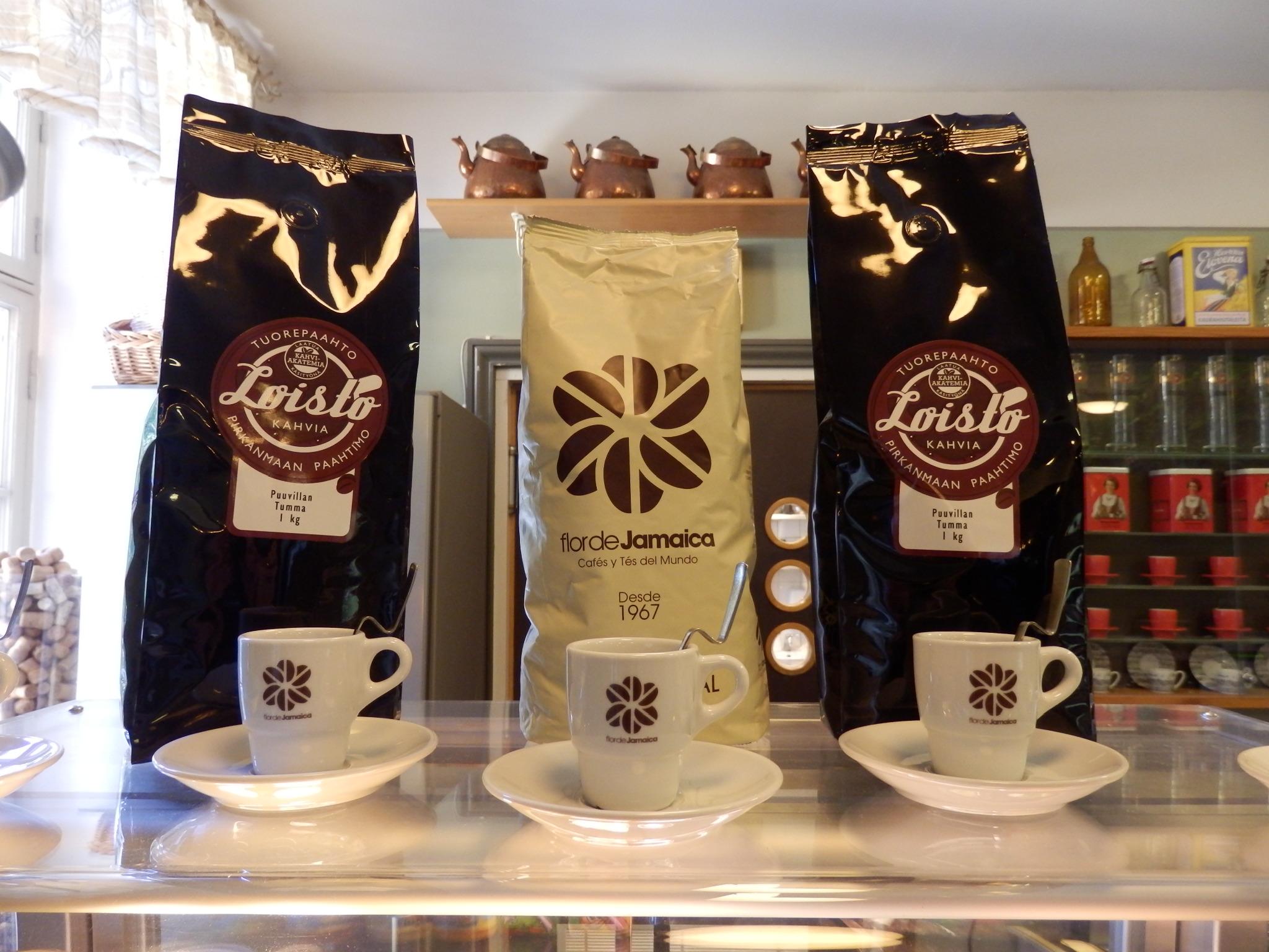 Lounas-Cateringpalvelu Kahden Kölvin kahvilatiskin päälle on koottu erilaisia tarjolla olevia kahvipapuja ja kolme pientä espressokuppia.