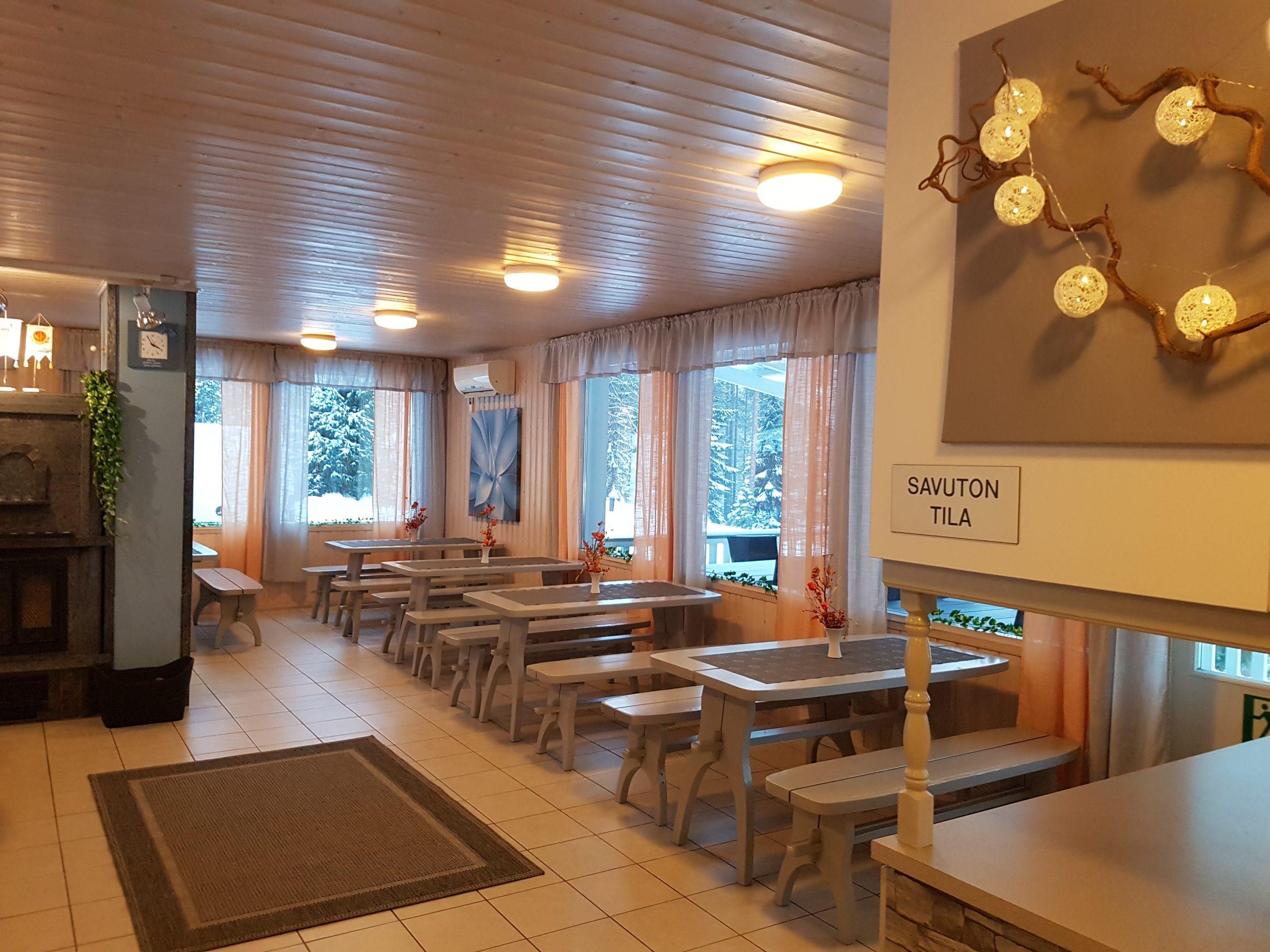 Nokian Urheilijoiden majan sisätiloissa on noin neljän hengen pöytiä ja pitkiä penkkejä. Tila on sisustettu vaaleilla väreillä ja keskellä tilaa on takka.
