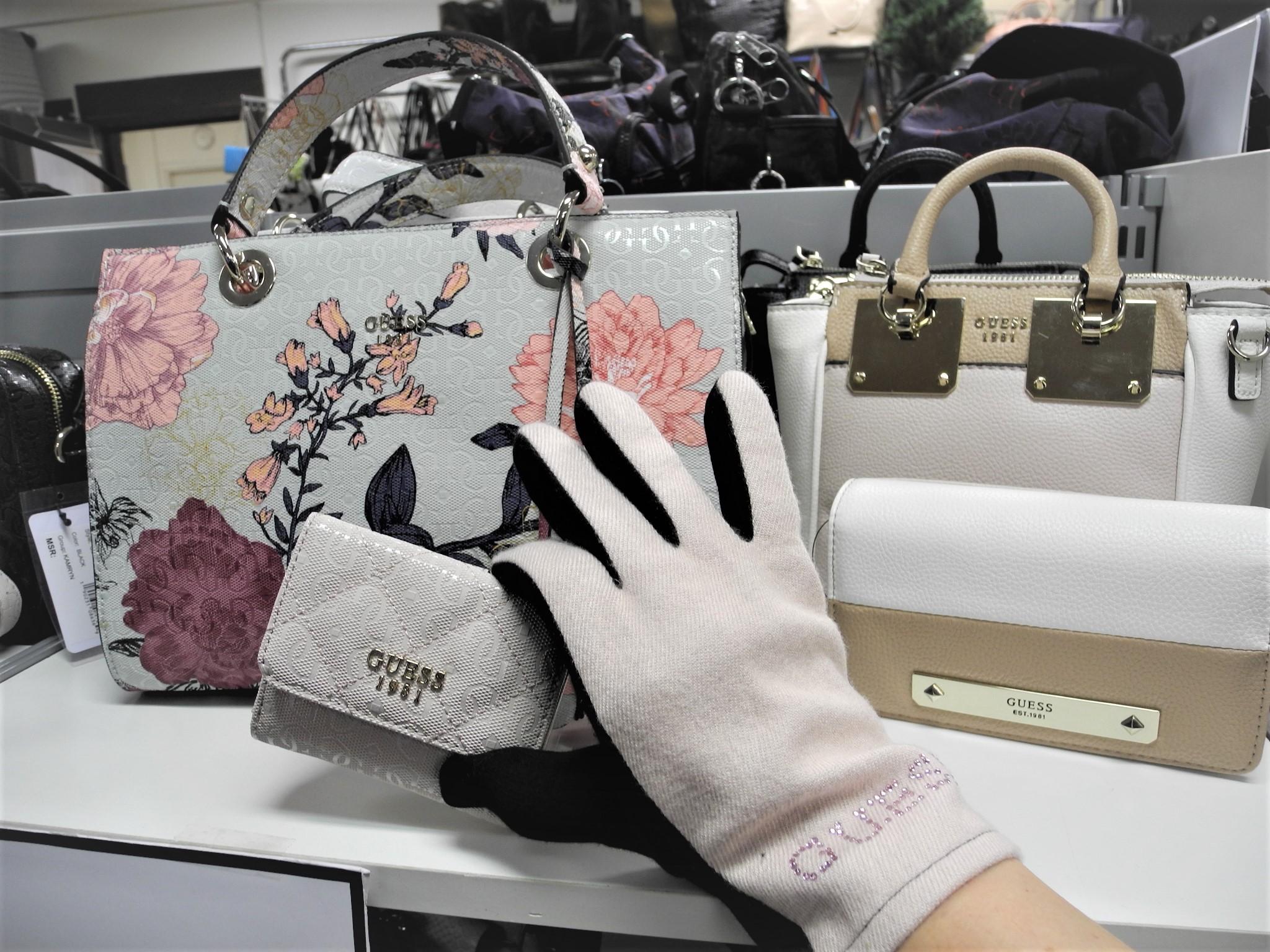 NT-Boxin valikoimissa on Guess-merkin laukut, lompakot ja hansikkaat.