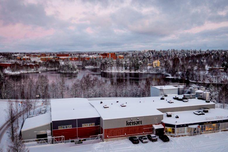 Nokian Panimon panimo sekä tehtaanmyymälä kuvattuna talvella Viholassa. Taustalla näkyy Pyhäjärvi ja sen ranta-alueita taloineen.