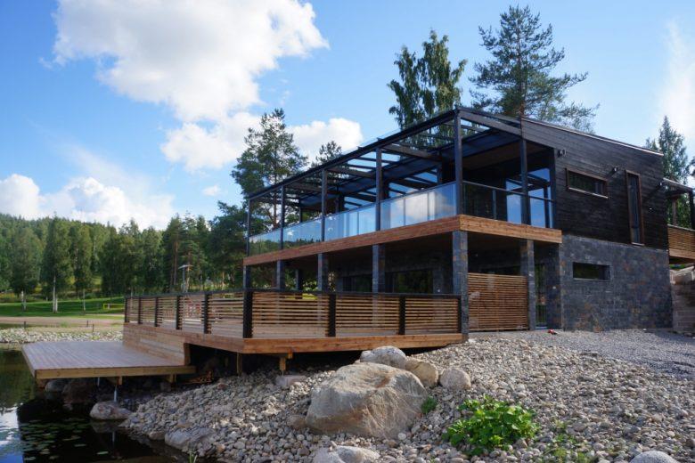 Korkealuokkainen, kaksikerroksinen Ranta Villa sijaitsee rannalla. Villan edessä on iso puinen terassi.