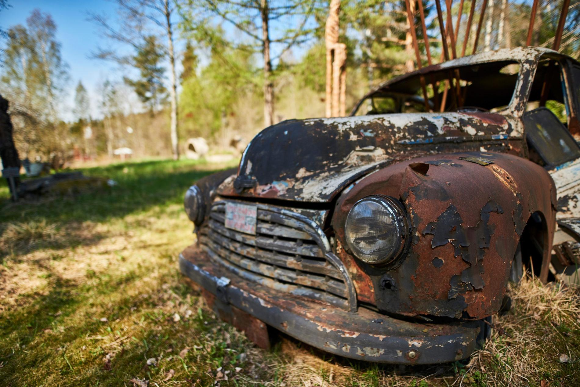 Sään armoilla taideteoksen osana ruostuva auto kuvaa luonnon ylivoimaa.