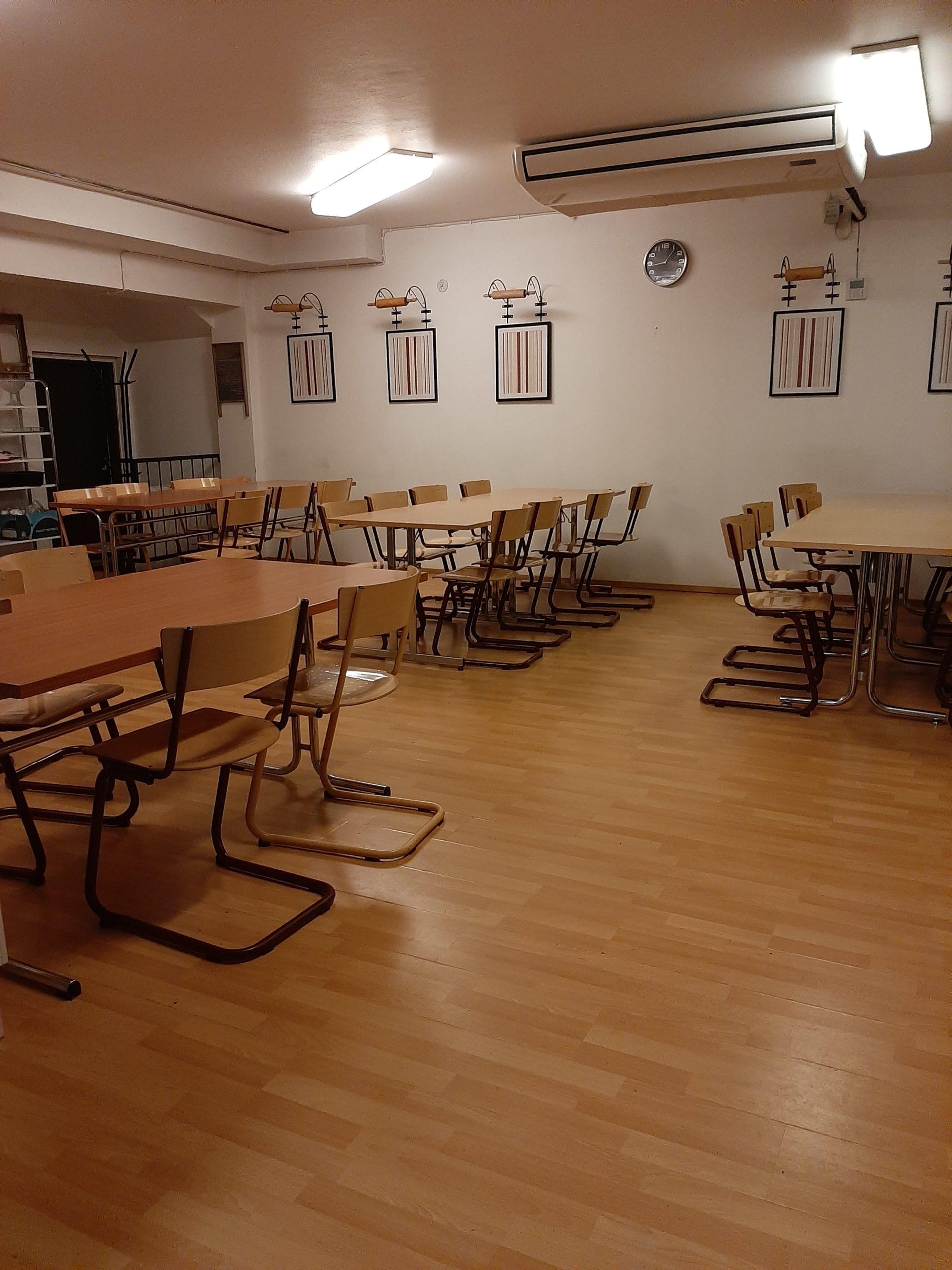 Ravintolan sisäkuva, jossa pöytiä ja tuoleja.