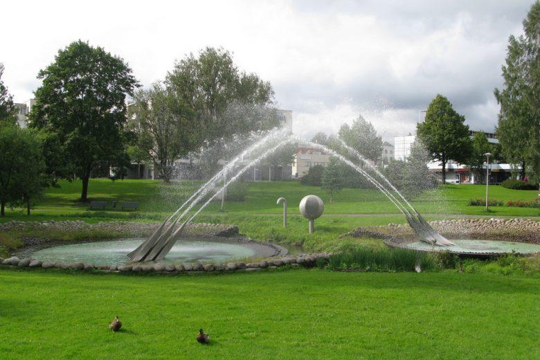 Vesikehä-niminen ympäristötaideteos suihkulähteineen sijaitsee Nokian keskustassa Poutunpuistossa. Kesällä taideteosta ympäröi nurmialueet. Teoksessa on 32 000 pyöreäksi hioutunutta luonnonkiveä ja sillä on oma pohjavesikaivo ja se kierrättää omaa vettänsä.