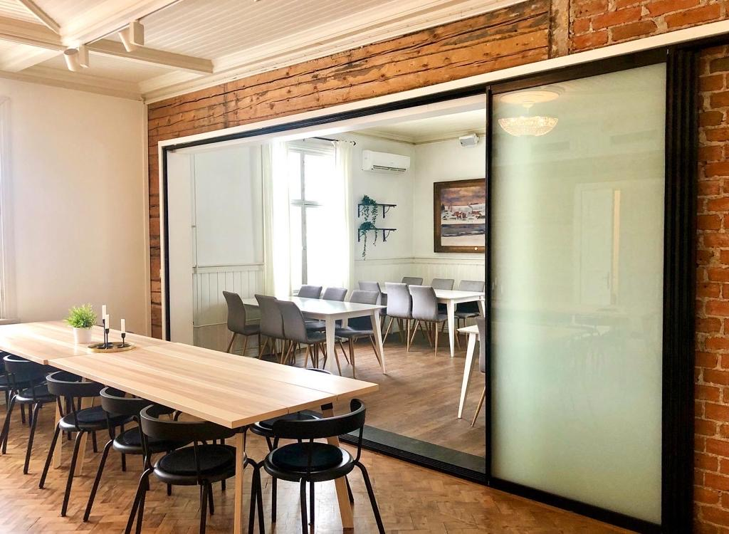 Alastalon kartanon kaksi kokoustilaa voidaan jakaa lasisella väliseinällä.