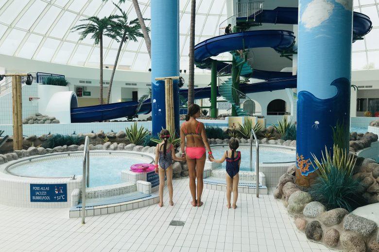 Äiti ja kaksi lasta katselevat uima-allasta Scandic Eden Nokian allasosastolla.
