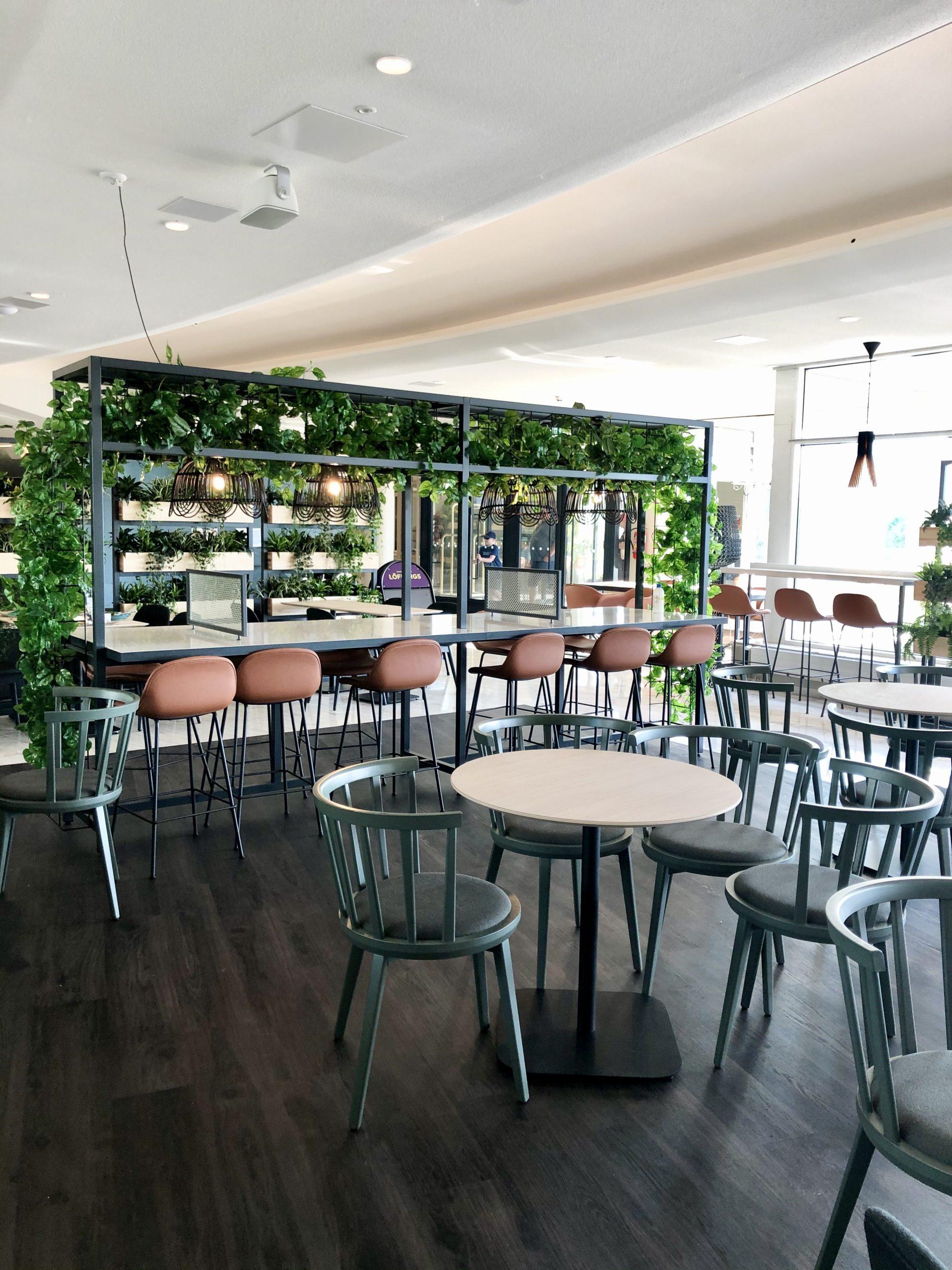 Scandic Eden Nokian aula-alueella sijaitsee uudistettu ravintola, jossa somisteena on paljon viherkasveja.