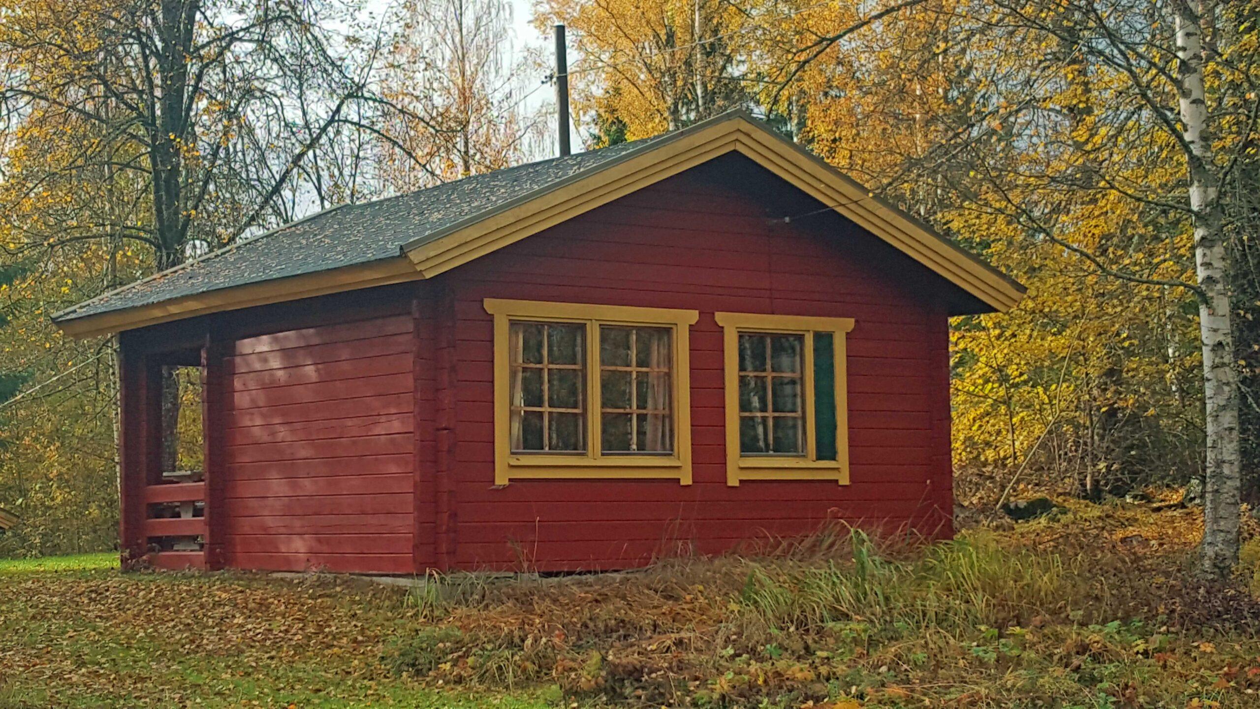 Villa Kauniston punaiseksi maalattu pikkumökki.