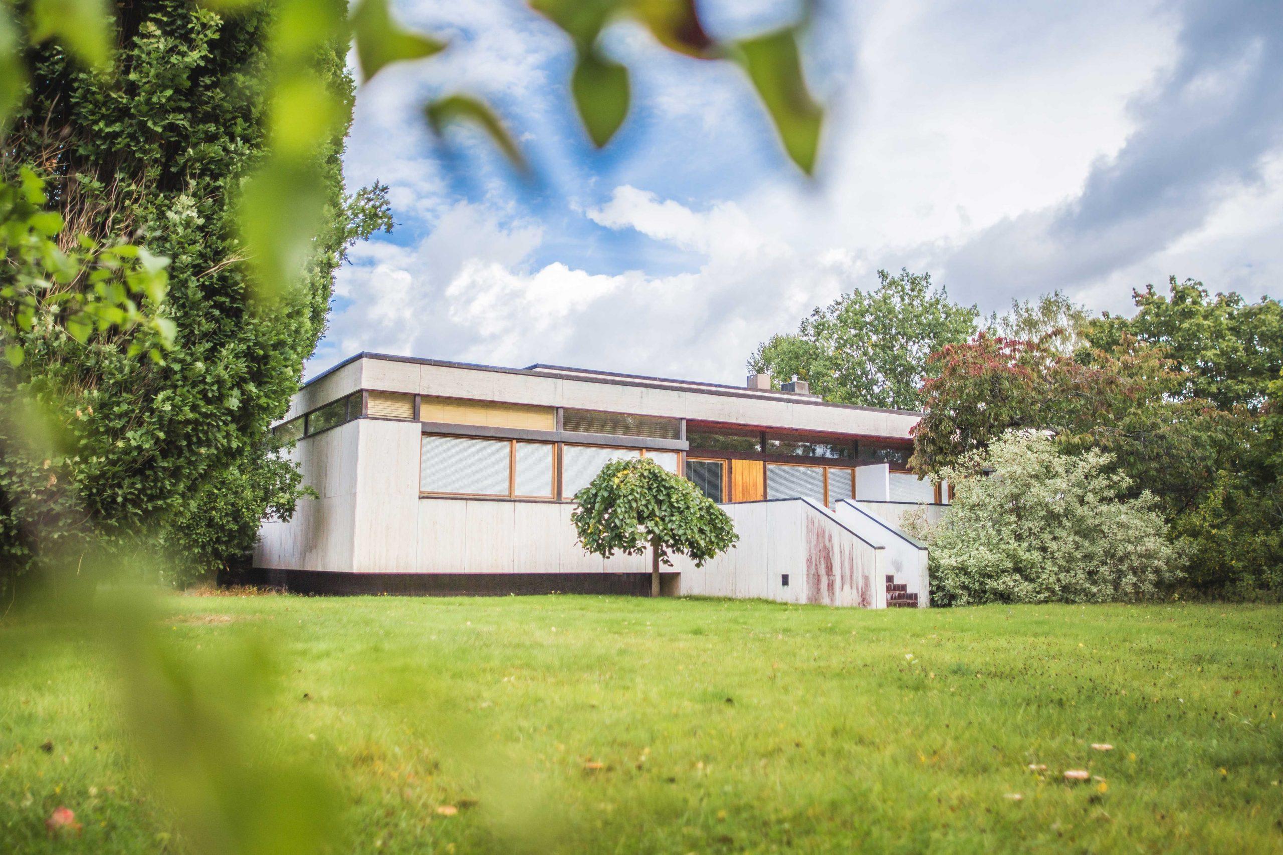 Nokian Kartanon päärakennus on 1960-luvun lopulla rakennettu tasakattoinen harmaa rakennus, jota ympäröi vehreä puutarha.
