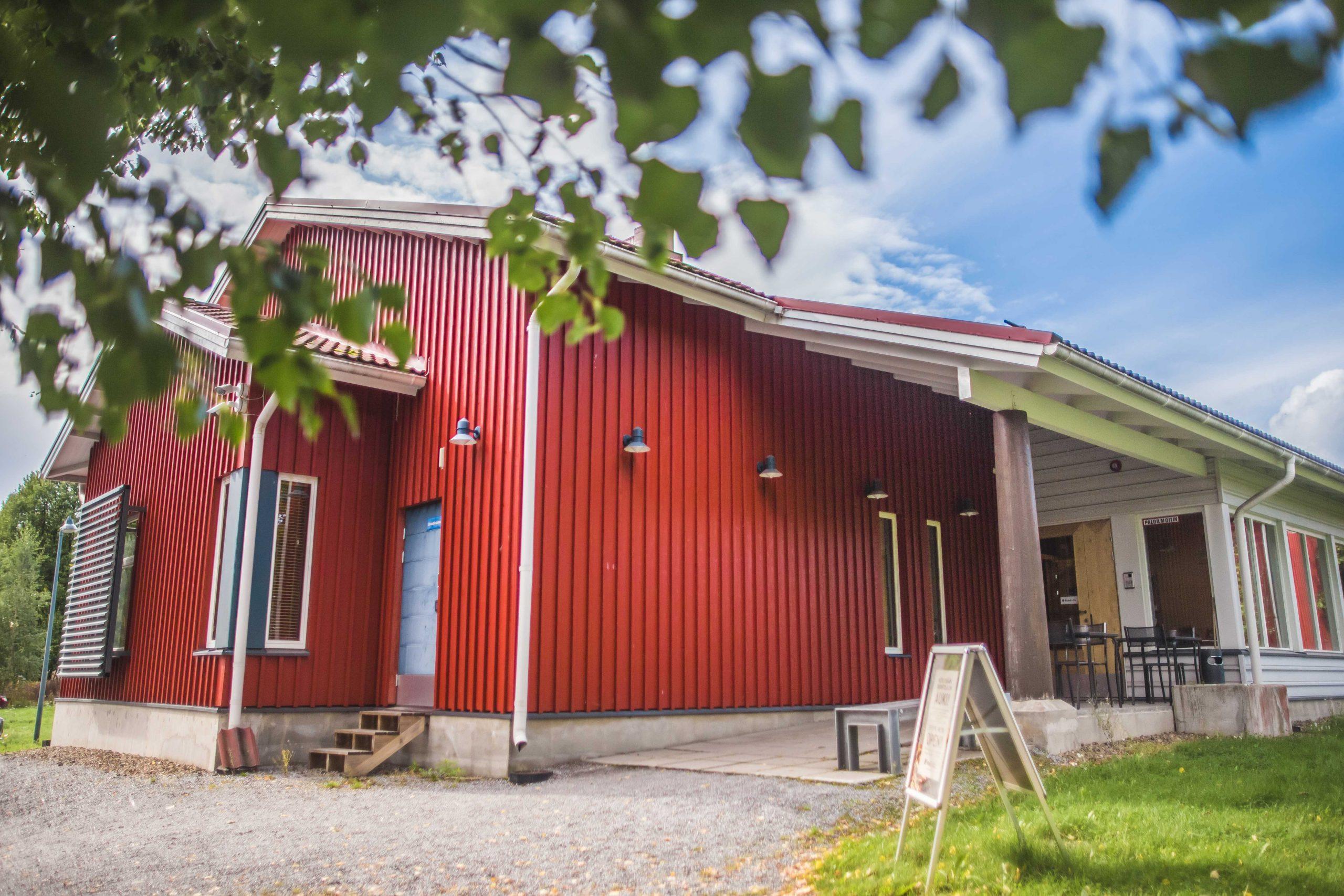 Nokian Kartanon Talliravintola on punainen vanhaan miljööseen sopiva puurakennus.