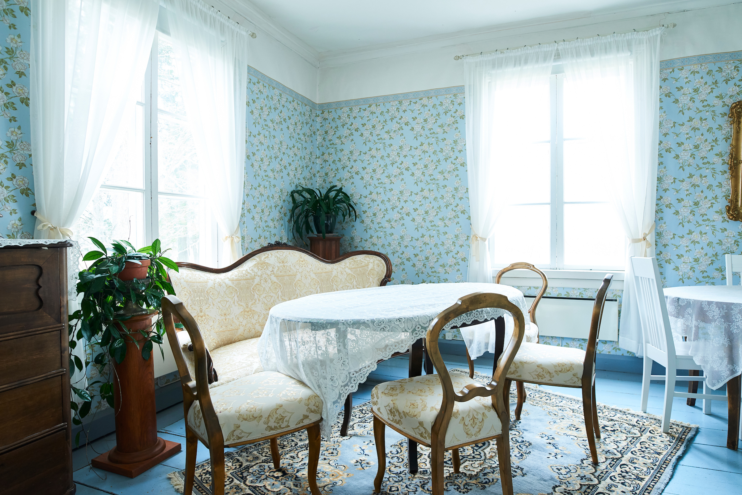 Knuutilan kartanon sinisävyinen sali on kalustettu rokokookalusteilla.