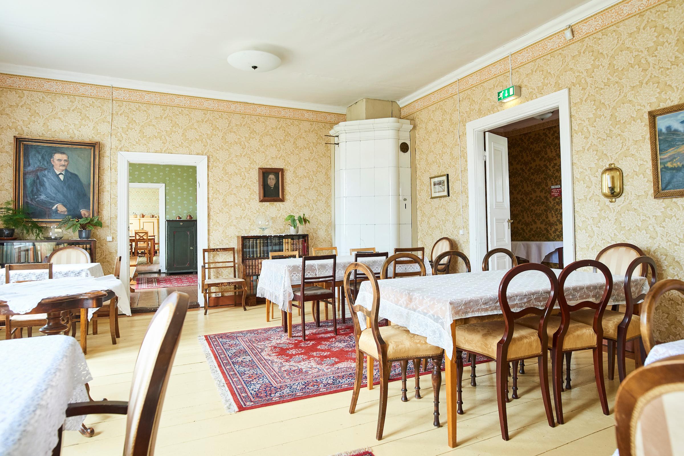 Knuutilan kartanossa on monia huoneita, jota on kalustettu vanhoilla huonekaluilla. Huoneessa on myös vanha valkoinen kaakeliuuni.