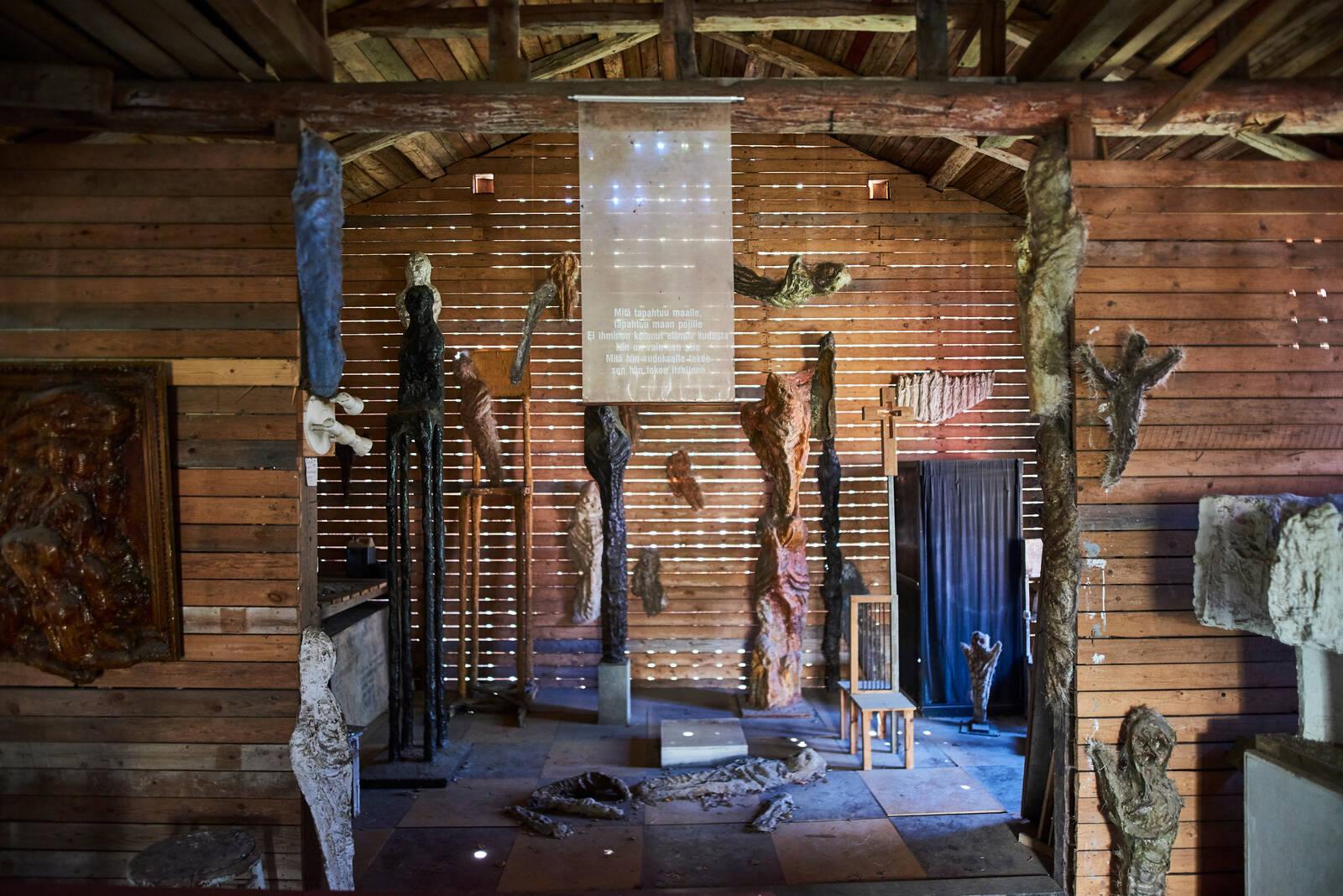 Ossi Somman taideteoksia veistospuiston vahakabinetissa.