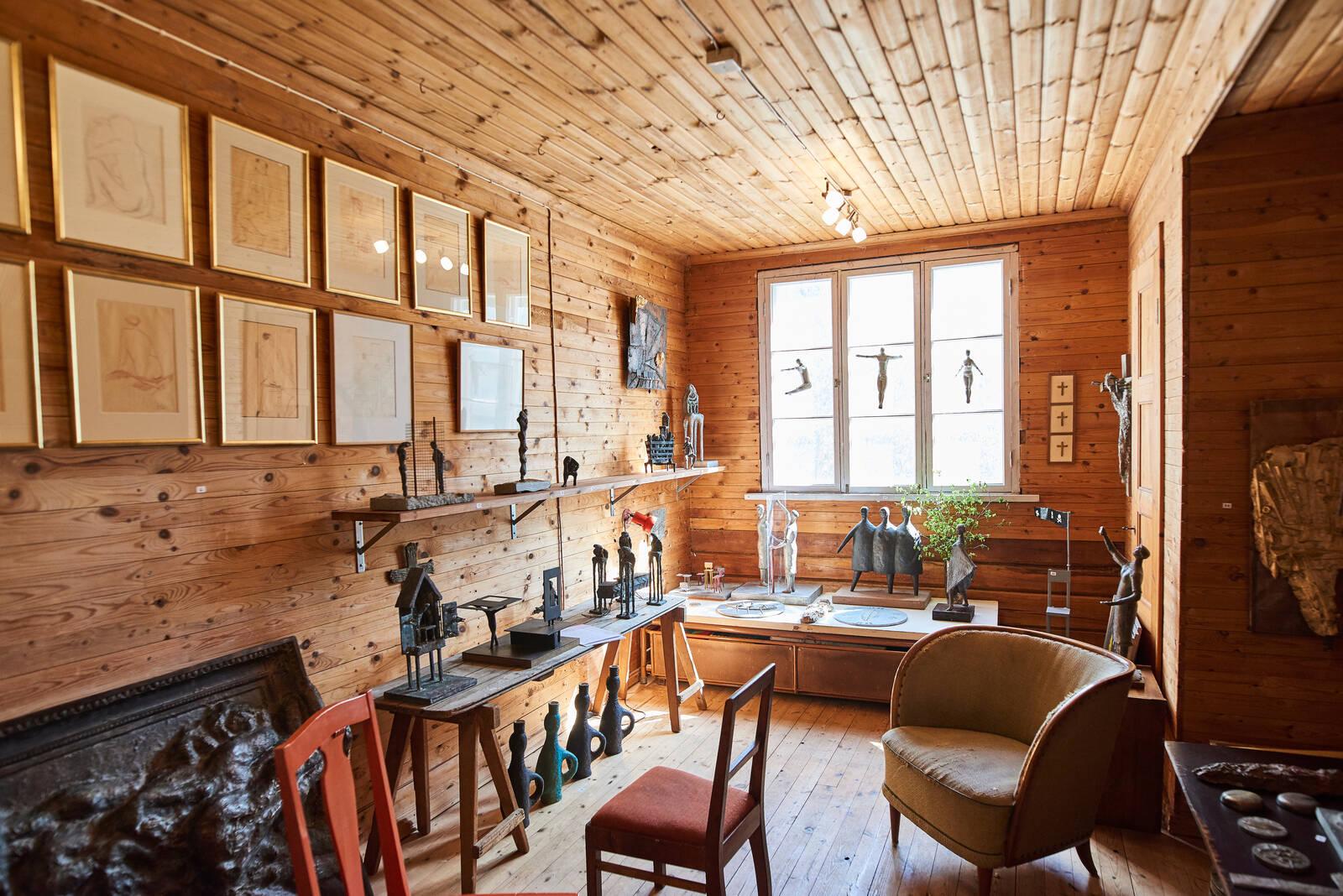 Ossi Somman vanhan kotitalon yläkerrassa on huone, jossa on esillä pienveistoksia.