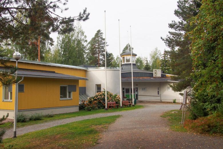 Toimintakeskus Urhatun remontoitu rakennus sijaitsee metsän keskellä.