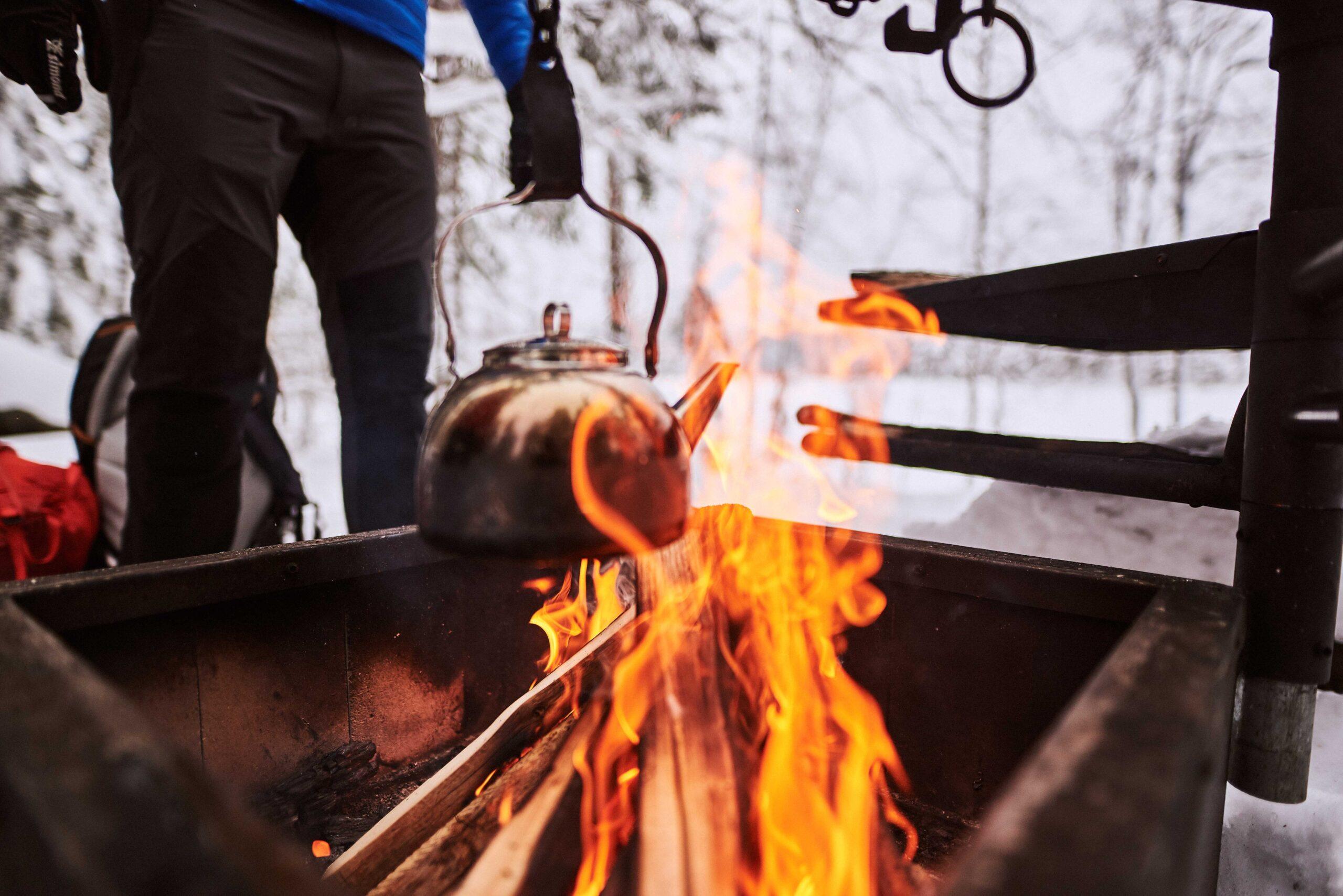Nokipannukahvit kiehuvat nuotiolla Kivikeskujärven nuotiopaikalla.