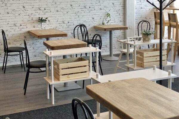 Food & Cafe Fridan bistrotyyppinen ravintolasali tuolineen ja pöytineen.