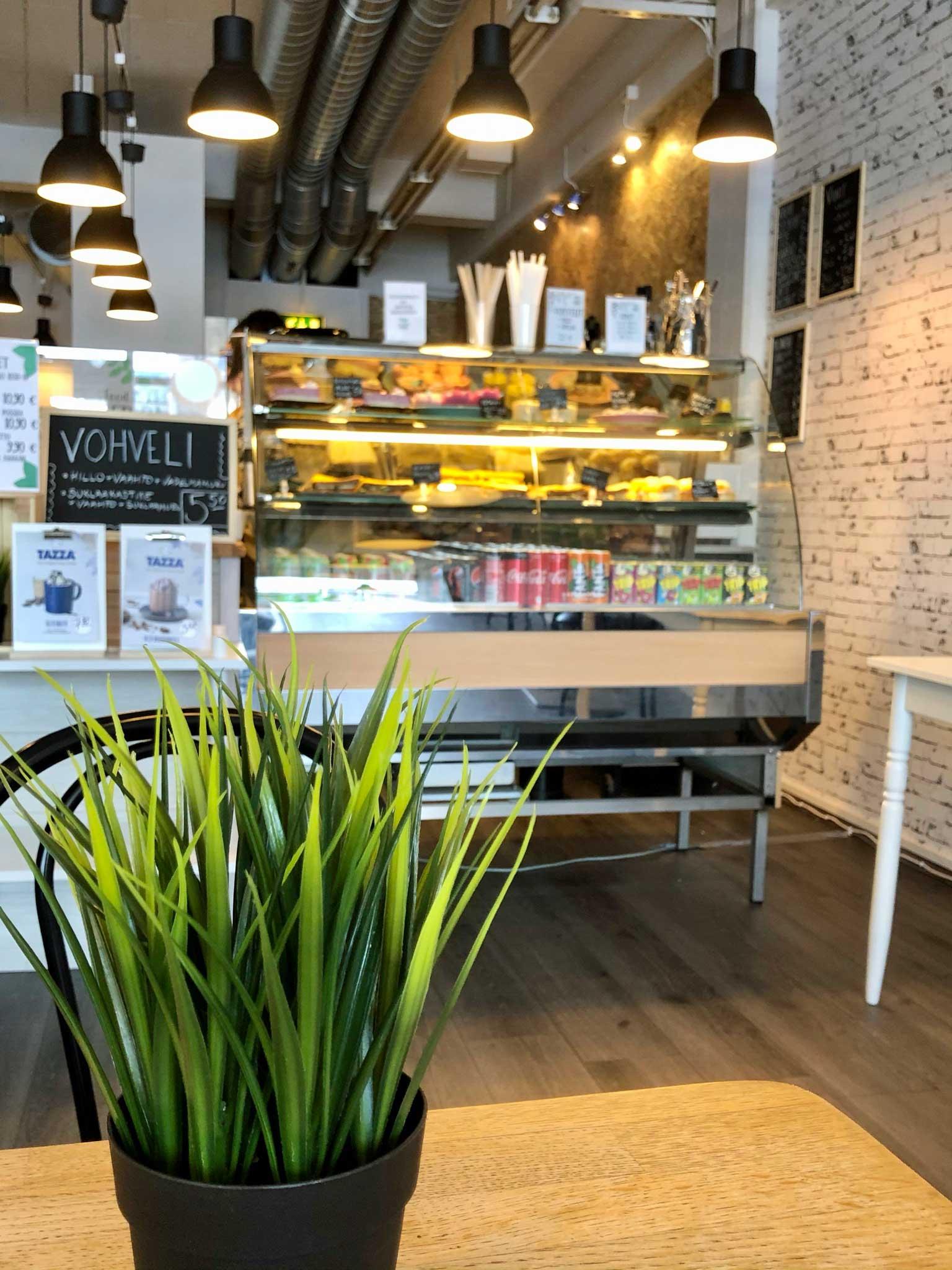 Food & Cafe Fridan vitriinni, jossa esillä kakkupaloja ja muita leivonnaisia.