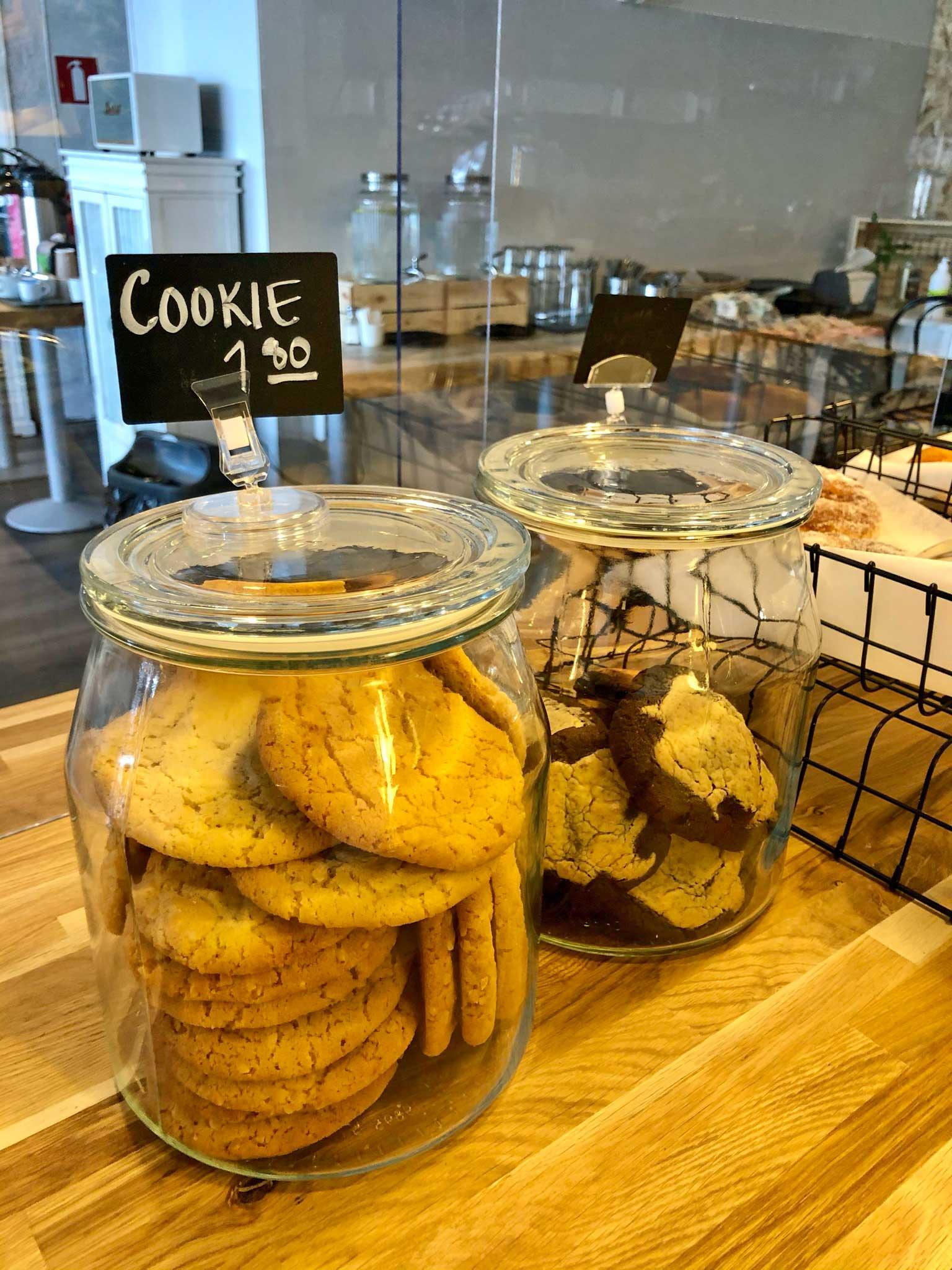Food & Cafe Fridan tiskillä kaksi pikkuleipäpurkkia.
