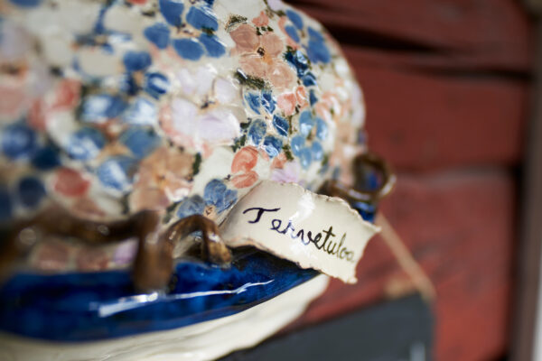 Värikäs keramiikkatyö Hinttalan kotiseutumuseon myyntinäyttelyssä.