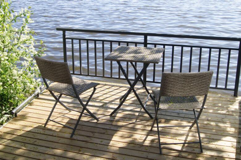 Terassituolit ja -pöytä patiolla järven rannalla.