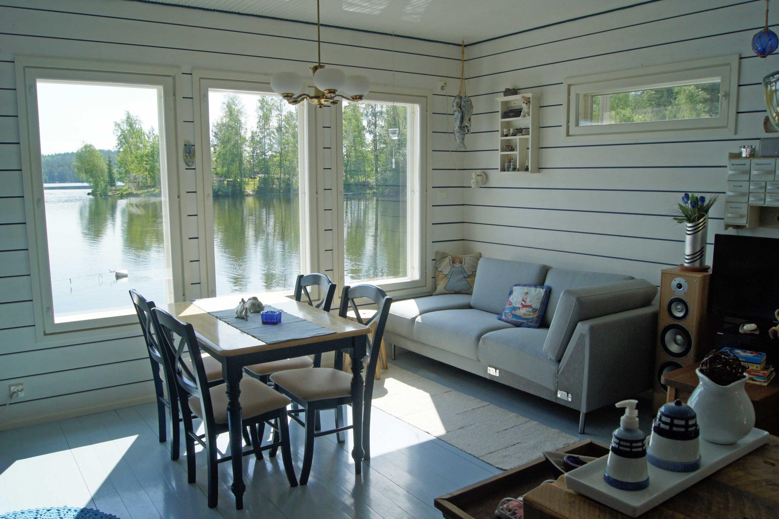 Lepoparkin mökissä on vaalea sisustus ja järvelle aukeavat ikkunat.