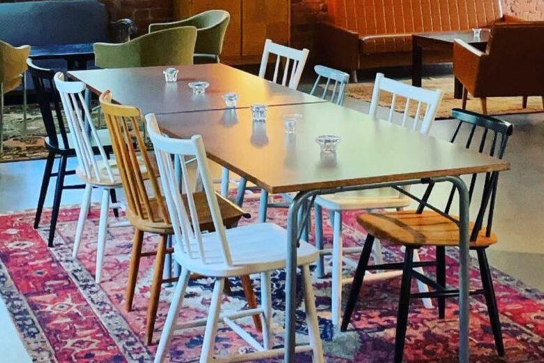 Maya's Cafen kahvila sijaitsee punatiilisessä vanhassa puusepänverstaassa ja kahvila on sisustettu vanhoilla huonekaluilla.