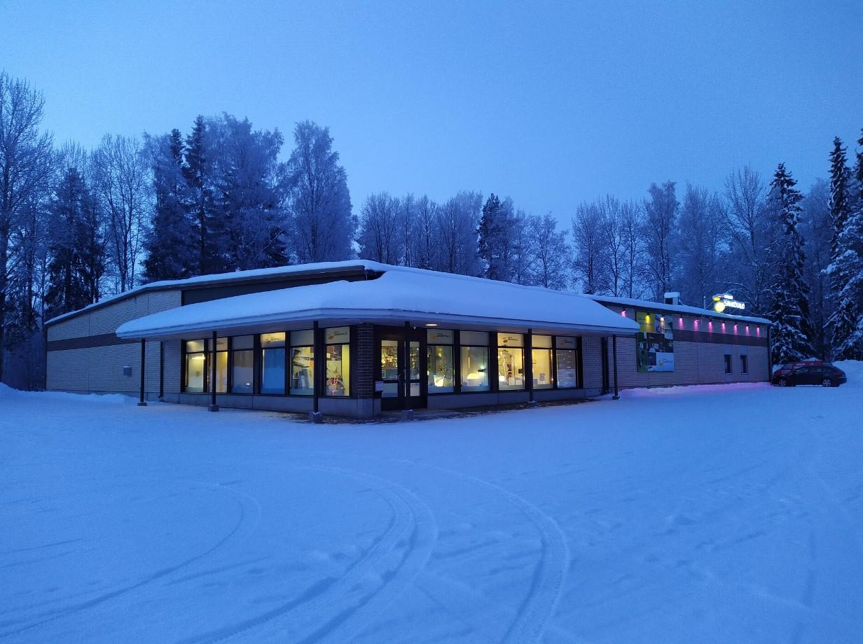 Nokian Sähkötalon myymälärakennus kuvattuna ulkona talvella.